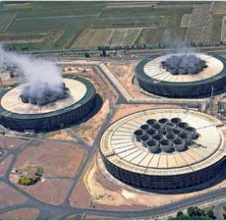 Réfrigérants bas avec ventilateurs de la centrale nucléaire de Chinon.