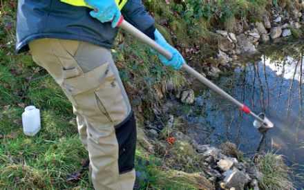Prélèvement d'eau en rivière.