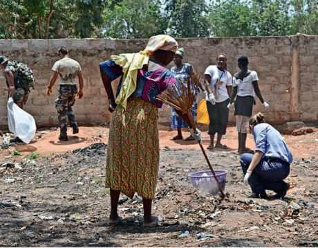 Nettoyage d'un dépotoir sauvage dans la cour du lycée Adidogomé 2 à Lomé.