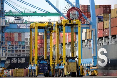 Déchargement de conteneur dans le port de Marseille