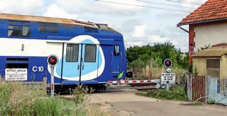 Un train dans un passage à niveau
