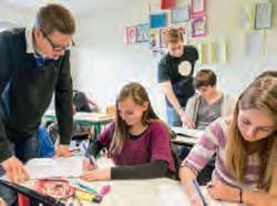 Les stagiaires viennent en aide aux élèves.