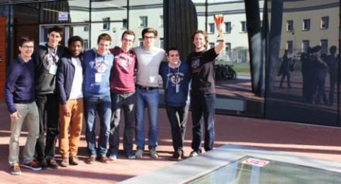L'équipe de l'Ecole polytechnique, la coupe en mains, pour la troisième place de l'International Physicists' Tournament