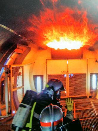 Simulation de feu de plafond à l'intérieur d'un avion.