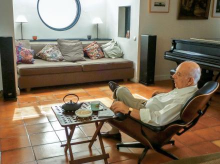 Jean Salmona (56) écoute le Quatuor de Fauré en trempant une madeleine dans le thé.