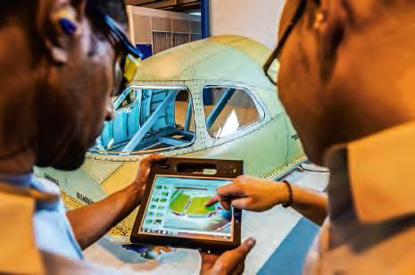 Monteurs-aménageurs, utilisant en continu la définition numérique interactive complète de l'avion