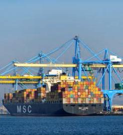 Porte conteneur dans le port industriel du Havre, financé par l'AFITF