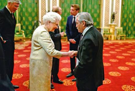 Louis Pouzin reçoit le Prix de la reine Elizabeth pour l'ingénierie.