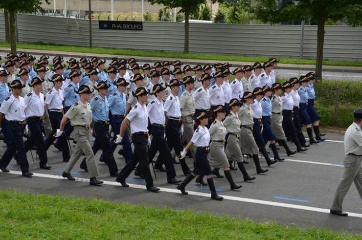 Répétition de défilé en uniforme improvisé