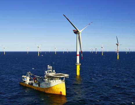 Navire à positionnement dynamique au milieu d'un parc éolien de 400 MW.