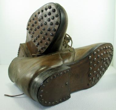 Brodequin 1940, dit « Chaussure à clous », l'ancêtre de la Rangeo
