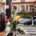 Gerbes de fleurs en hommage aux victimes des attentats