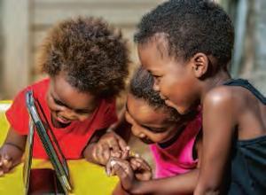 Enfants africains avec une tablette