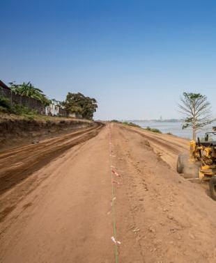 Une route en terre au Cameroun