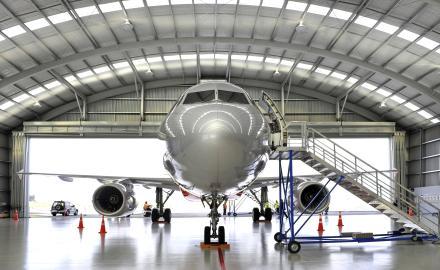 Inpection d'un avion sous un hangar