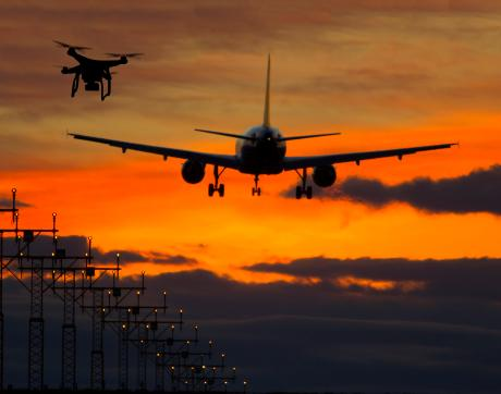 De nuit, un avion et un drone se croisent