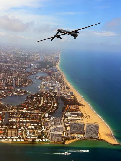 Un drone survole la ville