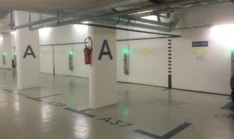 Un parking d'immeuble avec recharge électrique pour voiture