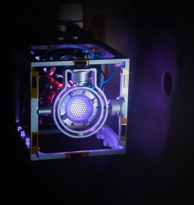 Le propulseur ThrustMe intégré dans une structure CubeSat à 1 unité (cube normalisé de 10 x 10 cm).