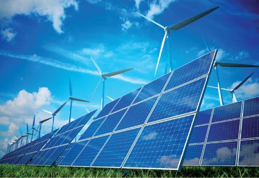 Des panneaux solaires sous des éoliennes