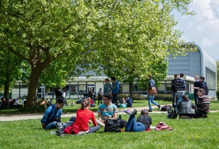 Sur le campus de l'École polytechnique
