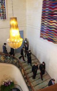 Les polytechniciens descendent l'escalier de l'hôtel de Brienne