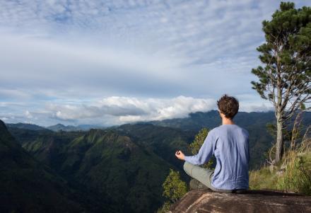 Méditation en plein air pour dégager une énergie positive vraie