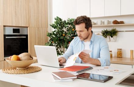 Travail à domicile (dans la cuisine)