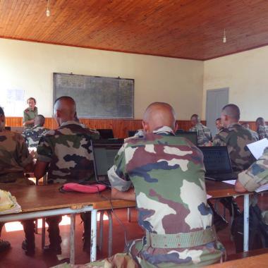 Cours de français aux élèves officiers malgaches.