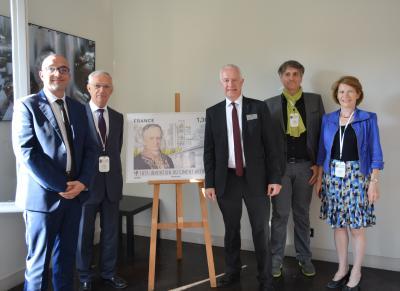 Comité du symposium The future of cement avec le timbre à l'effigie de Louis Vicat