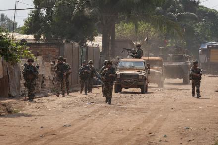 Patrouille motorisée en République centrafricaine.