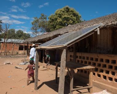 Case africaine avec un kit photovoltaique