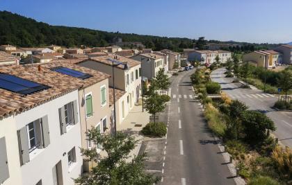 Un village aux toitures avec panneaux photovoltaiques