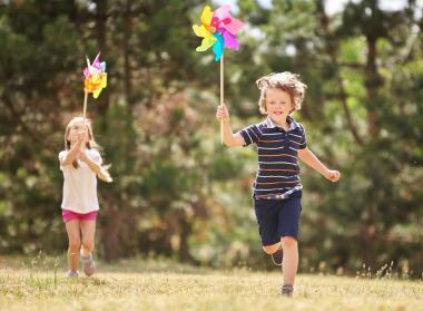Enfants jouant et courant
