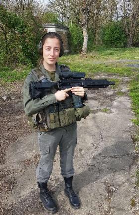 Lucie MOULIN, armée pendant son stage Formation militaire et humaine de l'École polytechnique
