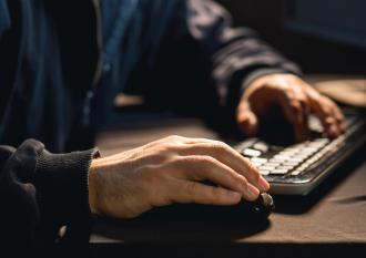 Homme au clavier