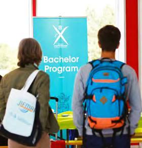 Des étudiants devant une affiche du Bachelor Program de l'École polytechnique