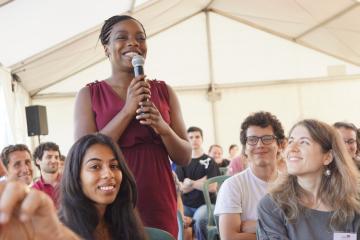 Une lauréate posant une question lors d'une l'Université de l'Engagement.
