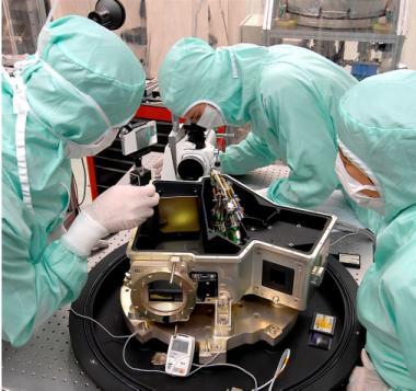 Salle blanche de préparation de satellites