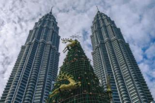 Patronas tower avec un sapin de Noël à Kuala Lumpur
