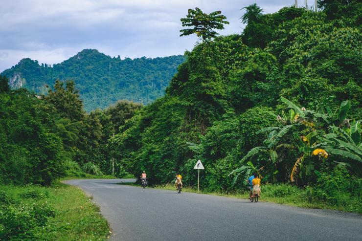 La route 13, route principale du Laos
