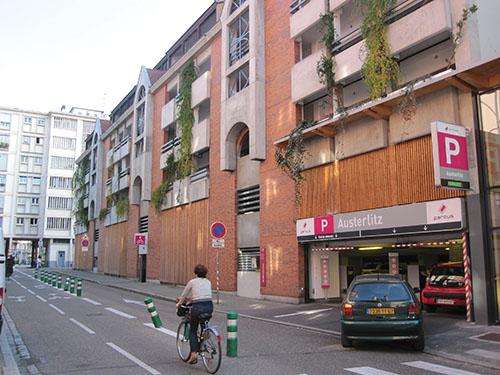 À Strasbourg, les résidents  de la Grande Île, dans l'hypercentre, se voient proposer des abonnements à coûts réduits dans des parkings situés en périphérie de ce secteur patrimonial très visité.