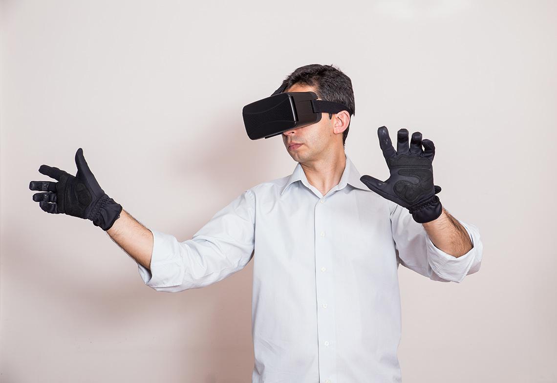 Homme portant un masque et des gants de réalité virtuelle