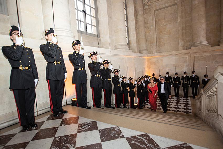 Bruno Angles (84), président de l'AX, et Madame Anglesaccueillis à Versailles par les élèves de la promotion 2017