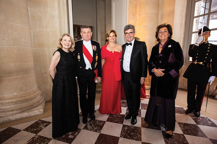 Madame Catherine Pégard, présidente de l'Établissement publicdu château, du musée et du domaine national de Versailles,général d'armée Benoît Puga, grand chancelier de la Légion d'honneur, Madame Angles, Bruno Angles (84), président de l'AX,et Madame Puga