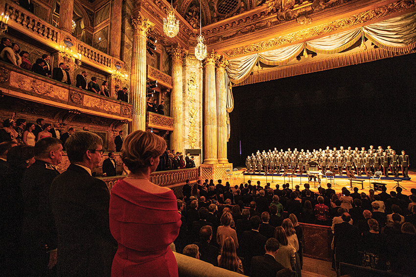 Ensemble vocal de l'École polytechniquesous la direction de Patrice Holiner,maître de musique, dans l'Opéra royal au château de Versailles