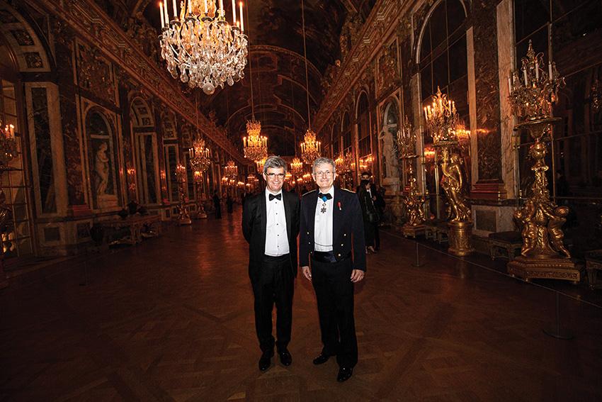 Bruno Angles (84), présidentde l'AX, et Yves Demay (77),délégué général de l'AX dans la Galerie des Glaces du Château de Versailles