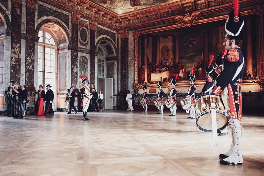 Batterie napoléonienne de la Garde républicaine dans le salon d'Hercule du Château de Versailles