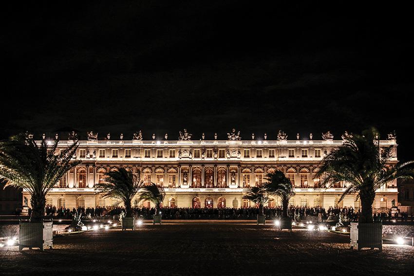 Les participants ont pu admirer le spectacle pyrotechnique du 128e Bal de l'X depuis la galerie des Glaces et la terrasse du château de Versailles