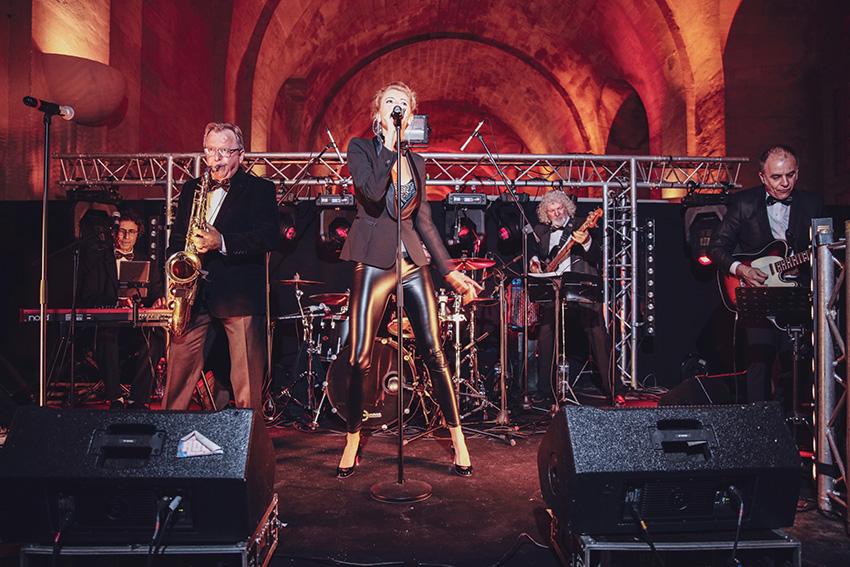 Anaïs Nyls et ses musiciens au Bal de l'X dans l'Orangerie du château de Versailles